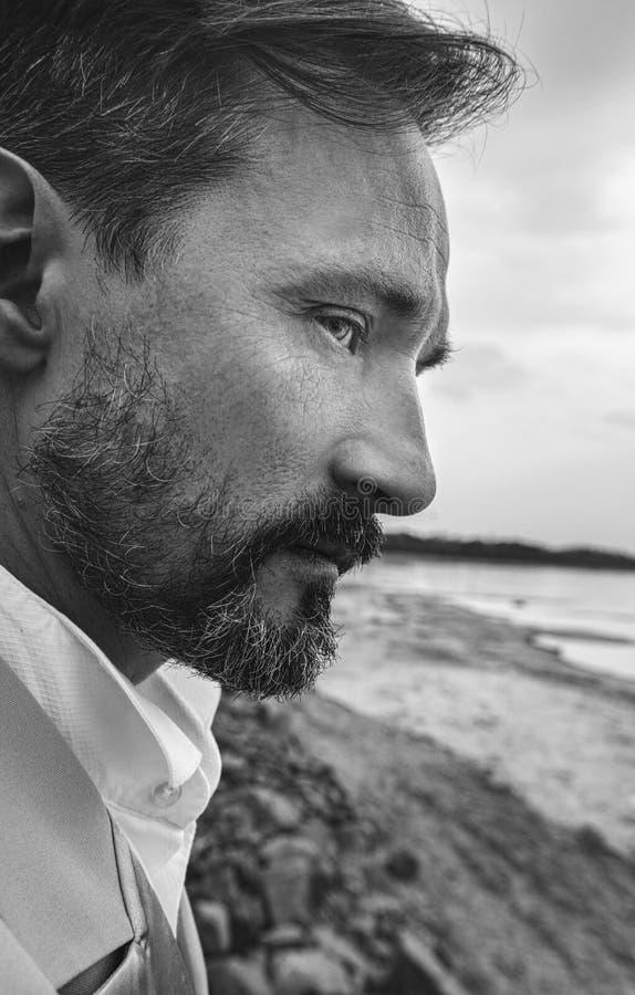 Biznesmen na plaży, zamyka w górę portreta, dzień, plenerowy obrazy royalty free