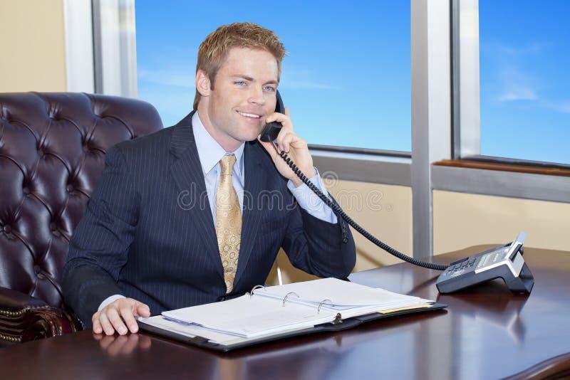 Biznesmen na telefonie zdjęcie royalty free