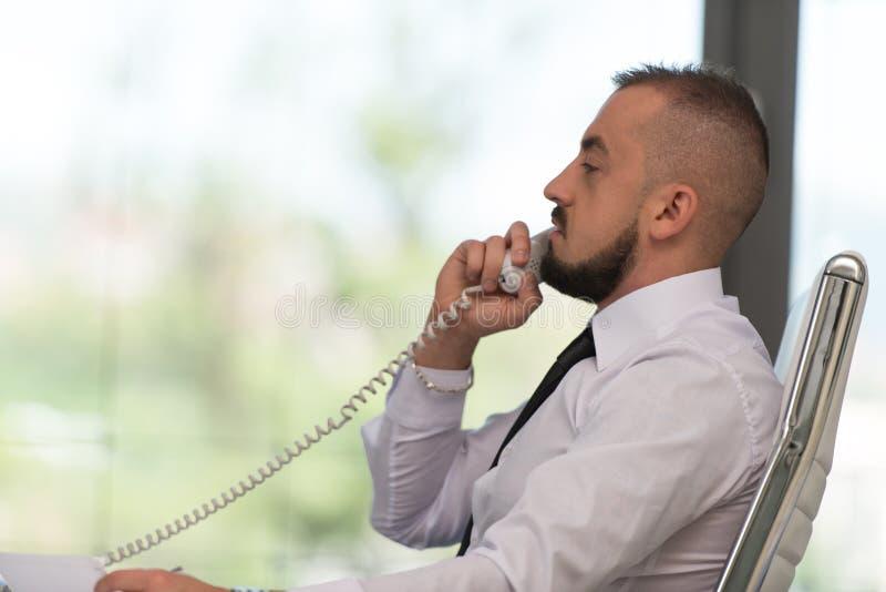 Download Biznesmen na telefonie obraz stock. Obraz złożonej z nowożytny - 42526019