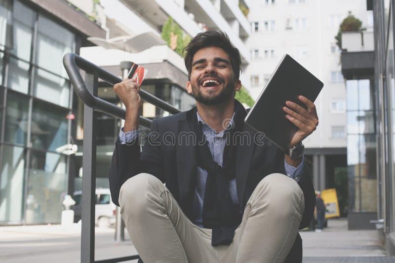 Biznesmen na ulicie używać kredytową kartę, ipod i rece fotografia royalty free