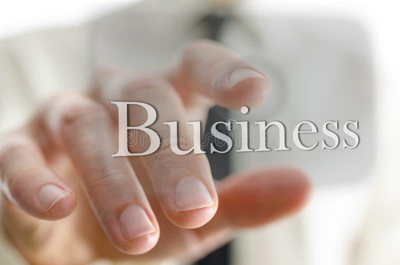 Biznesmen naciskowa Biznesowa ikona na wirtualnym ekranie obrazy stock