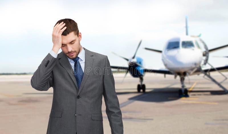 Biznesmen nad samolotem na pasa startowego tle zdjęcia royalty free