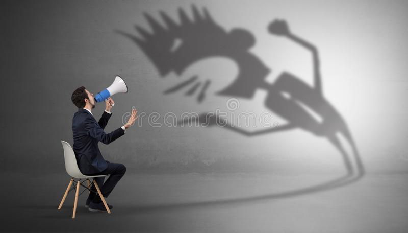 Biznesmen negocjuje z potwora cieniem obraz royalty free