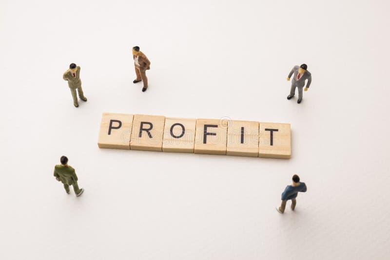 Biznesmen oblicza spotkania na zysku konceptualnym zdjęcia stock
