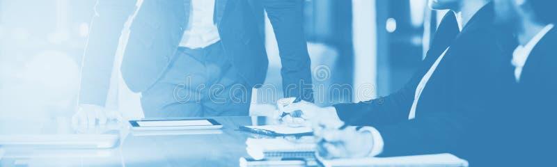 Biznesmen oddziała wzajemnie z coworkers w spotkaniu obraz royalty free