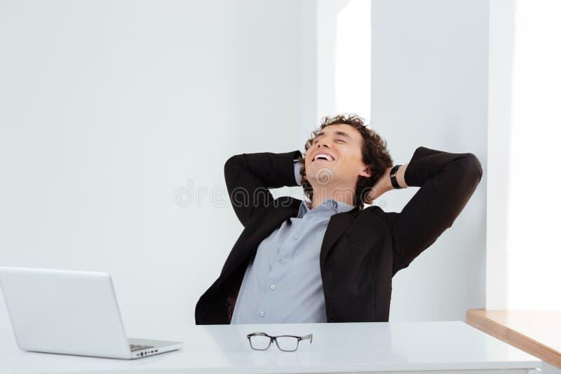 Biznesmen odpoczywa przy jego miejscem pracy obraz royalty free