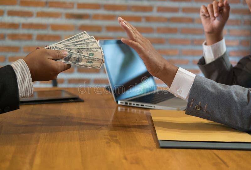 Biznesmen odrzuca pieniądze gotówkowego banknot od mężczyzna szczerzy ludzie biznesu w kostiumu odmawiają brać łapówkę - anty łap zdjęcia royalty free