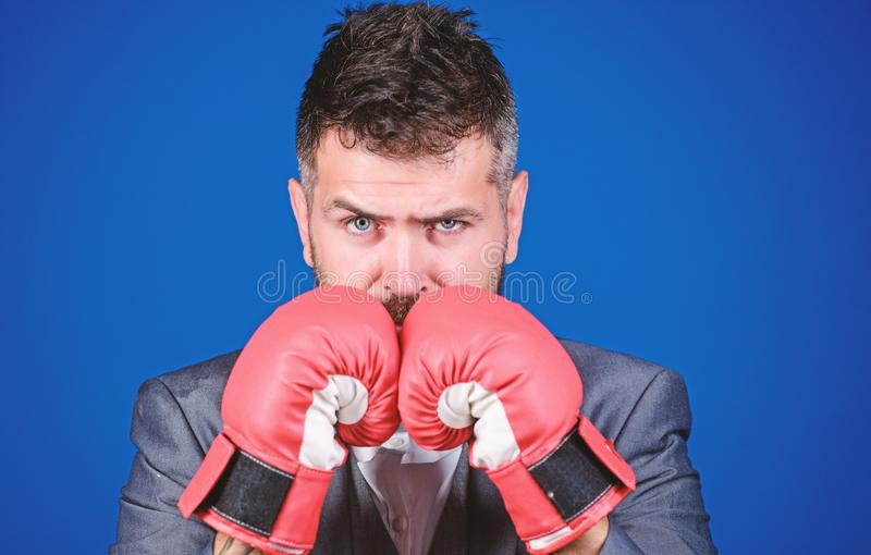 Biznesmen odzie?y bokserskie r?kawiczki Najlepszy kryminalne prawnik obronny strategie szturmowy i obro?czy poj?cie Dokonuje sukc obraz stock