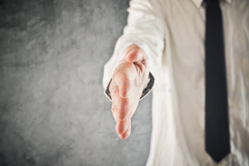 Biznesmen ofiary ręka dla uścisku dłoni obraz stock