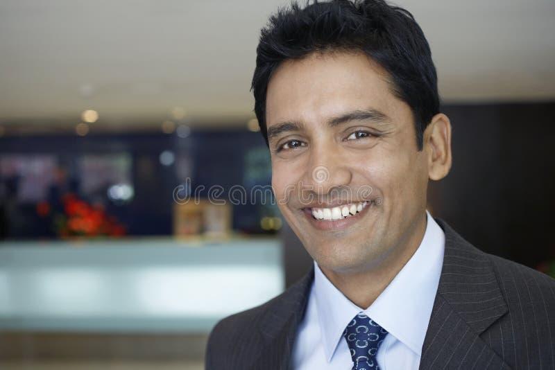 Biznesmen ono Uśmiecha się W hotelu lobby zdjęcie royalty free