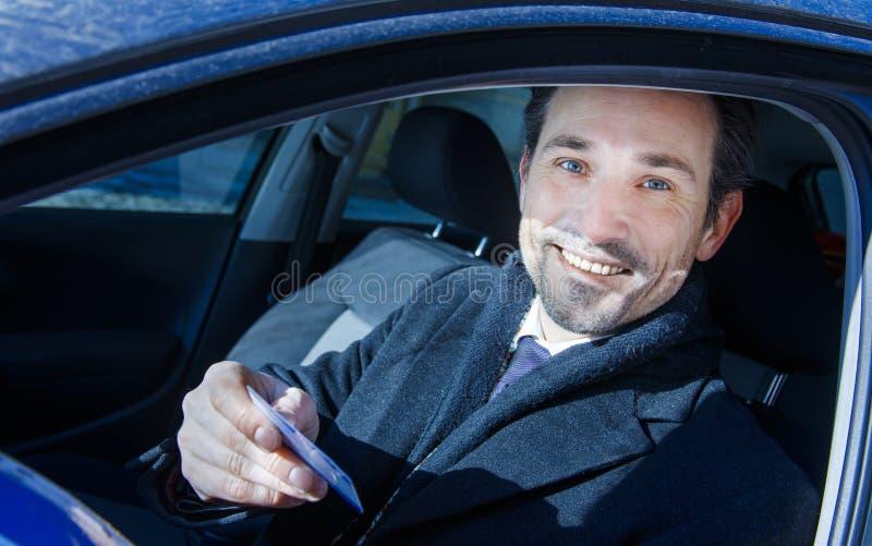 Biznesmen ono uśmiecha się w samochodzie obrazy stock