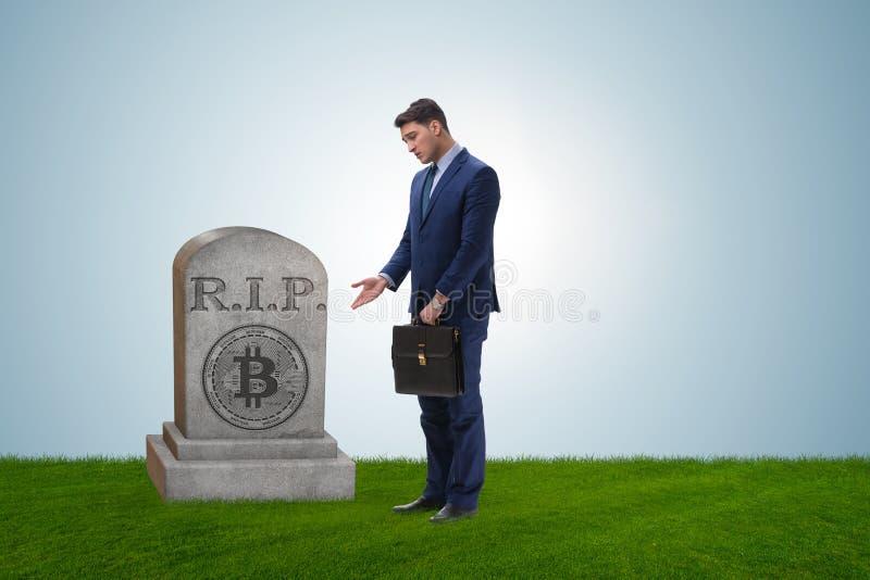 Biznesmen opłakuje śmierć bitcoin i upadek fotografia stock
