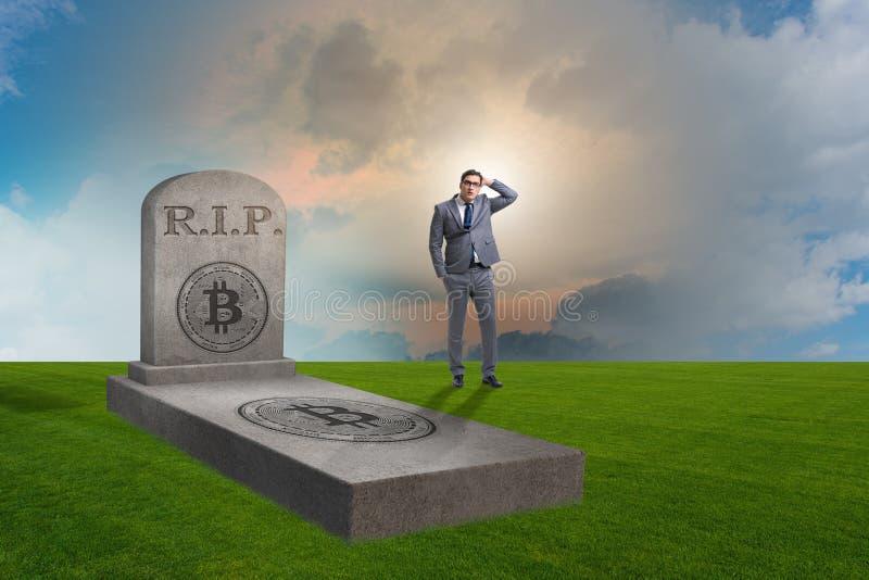 Biznesmen opłakuje śmierć bitcoin i upadek zdjęcie royalty free