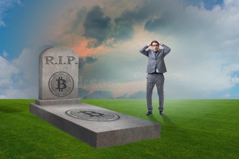 Biznesmen opłakuje śmierć bitcoin i upadek zdjęcia stock