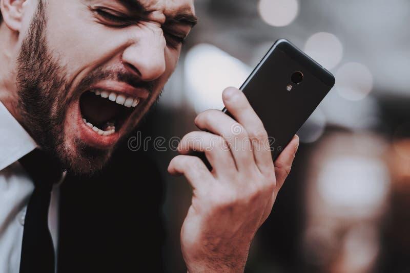 Biznesmen Opowiadać Głośno na telefonie projektujący zdjęcie stock