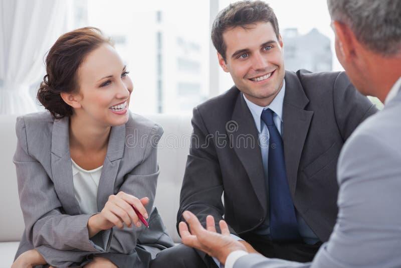 Biznesmen opowiada jego partnery zdjęcie royalty free