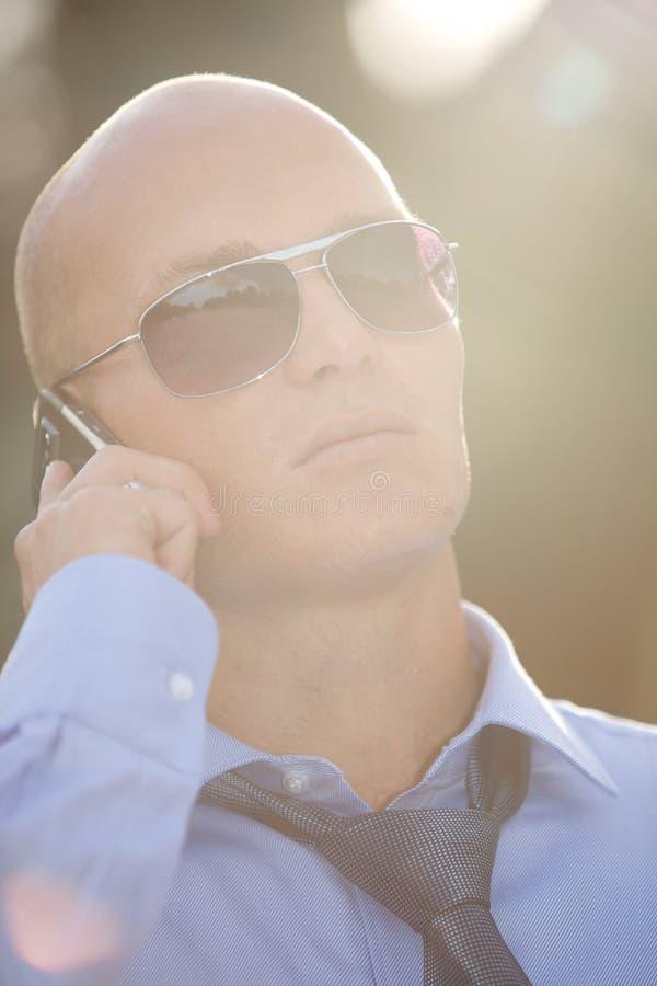Biznesmen opowiada na telefonie zdjęcie stock
