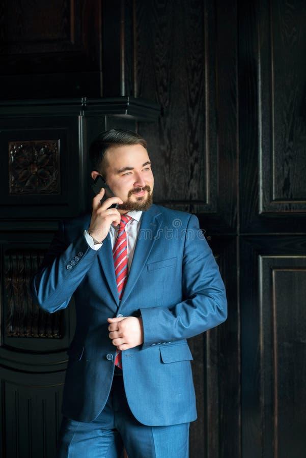 biznesmen opowiada na telefonie zdjęcia royalty free