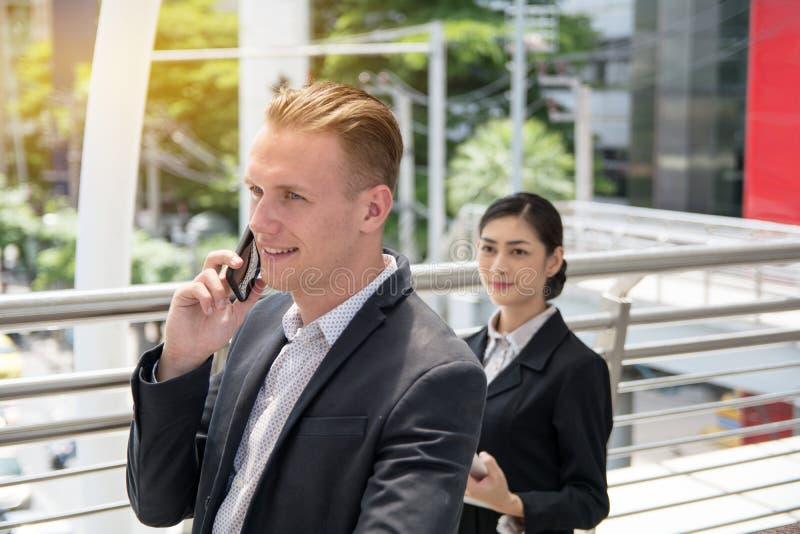 Biznesmen opowiada nad smartphone zdjęcia royalty free