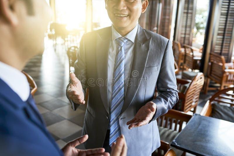Biznesmen opowiada partner fotografia stock