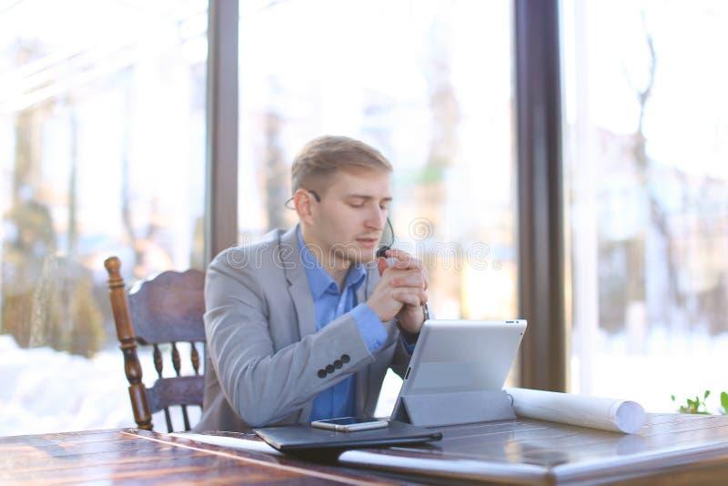 Biznesmen opowiada wideo wezwaniem przy caf o architekta projekcie obraz stock