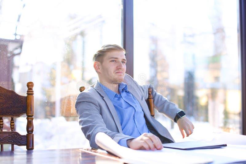 Biznesmen opowiada wideo wezwaniem przy caf o architekta projekcie zdjęcie royalty free