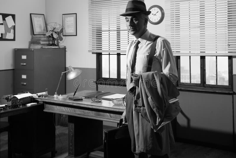biznesmen opuszczać biuro zdjęcie royalty free