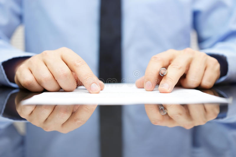 Biznesmen ostrożnie czyta kontrakt zdjęcia stock