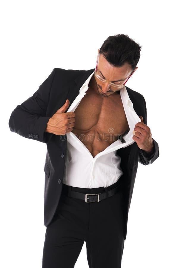 Biznesmen otwiera jego koszulową odkrywczą mięśniową półpostać fotografia royalty free