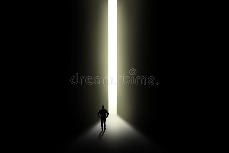Biznesmen patrzeje światło w drzwi ilustracji