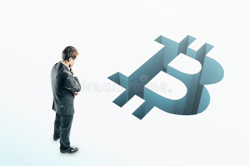 Biznesmen patrzeje bitcoin przerwę zdjęcia stock