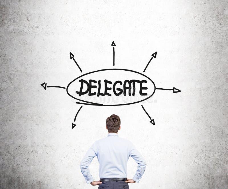 Biznesmen patrzeje delegata nakreślenie obrazy stock