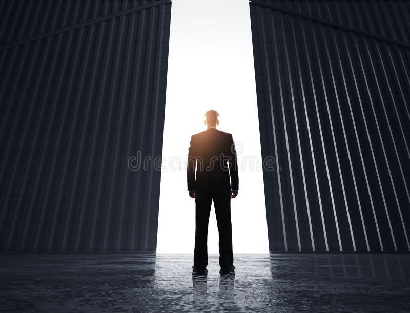 Biznesmen patrzeje drzwi obraz stock