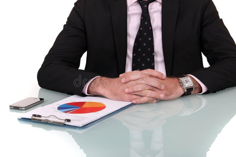 Biznesmen patrzeje marketing ankietę obrazy royalty free