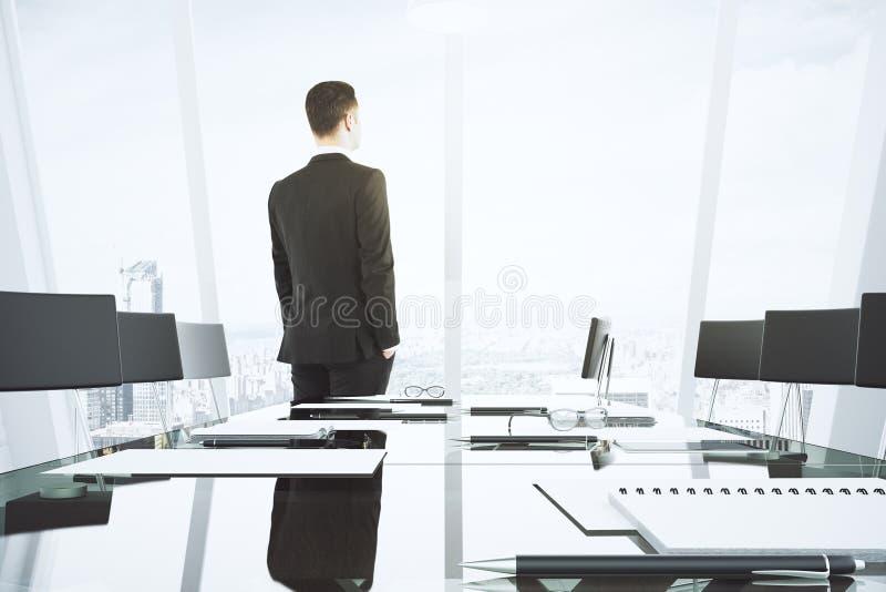 Download Biznesmen Patrzeje Out Okno W Sala Konferencyjnej Z Szklistym Obraz Stock - Obraz złożonej z mężczyzna, biznes: 65225147