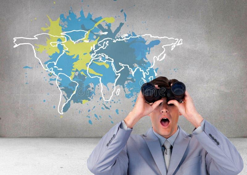 Biznesmen patrzeje przez lornetek z Kolorową mapą z farba splattered ściennym tłem zdjęcie stock