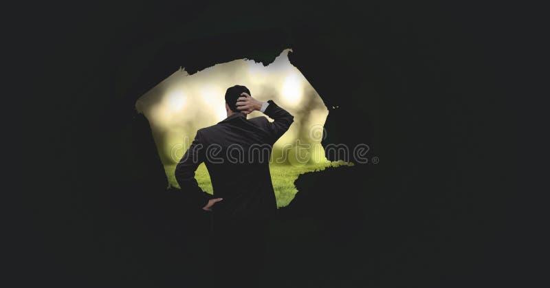 Biznesmen patrzeje przez surrealistycznej papierowej dziury przy światłem ilustracja wektor