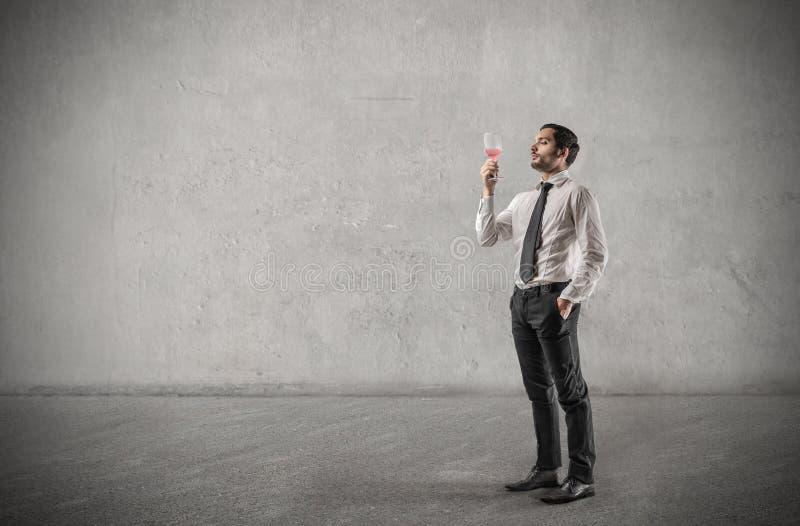 Biznesmen pije szkło wino zdjęcia stock