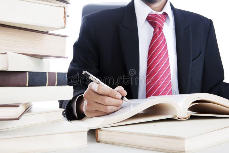 Biznesmen pisze na książce fotografia royalty free