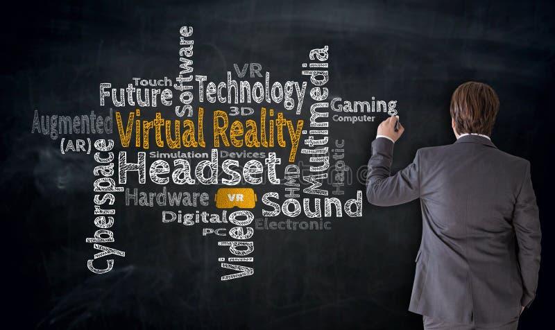 Biznesmen pisze rzeczywistości wirtualnej chmurze na blackboard pojęciu zdjęcia stock
