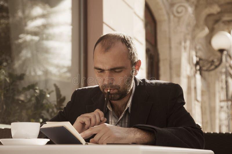 Biznesmen planuje jego dzień roboczego Czasu zarządzania pojęcie bezpłatny zdjęcie royalty free