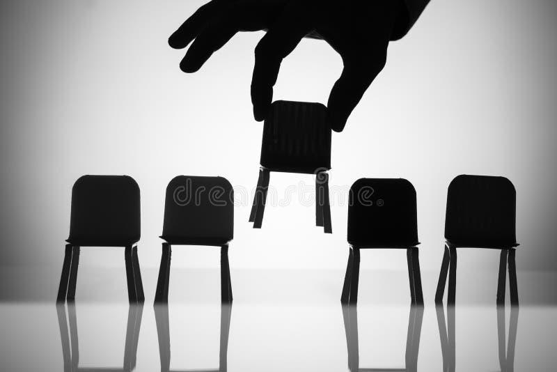 Biznesmen Podnosi W g?r? krzes?a W?r?d Inny Z Rz?du obrazy royalty free