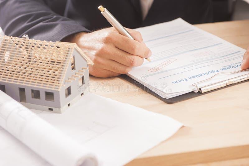 Biznesmen podpisuje hipotekę obraz stock