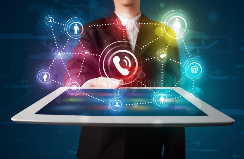 Biznesmen pokazuje ogólnospołeczną networking technologię z kolorowym l ilustracji