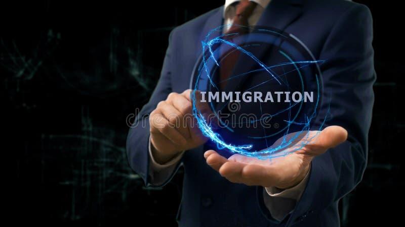 Biznesmen pokazuje pojęcie holograma imigrację na jego ręce obraz royalty free
