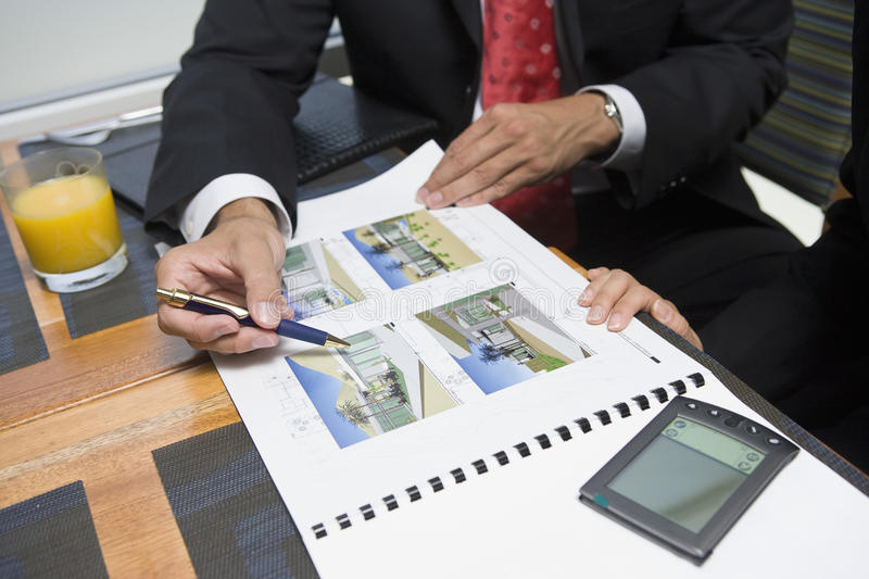 Biznesmen Pokazuje własność próbki Jego partner biznesowy obrazy stock