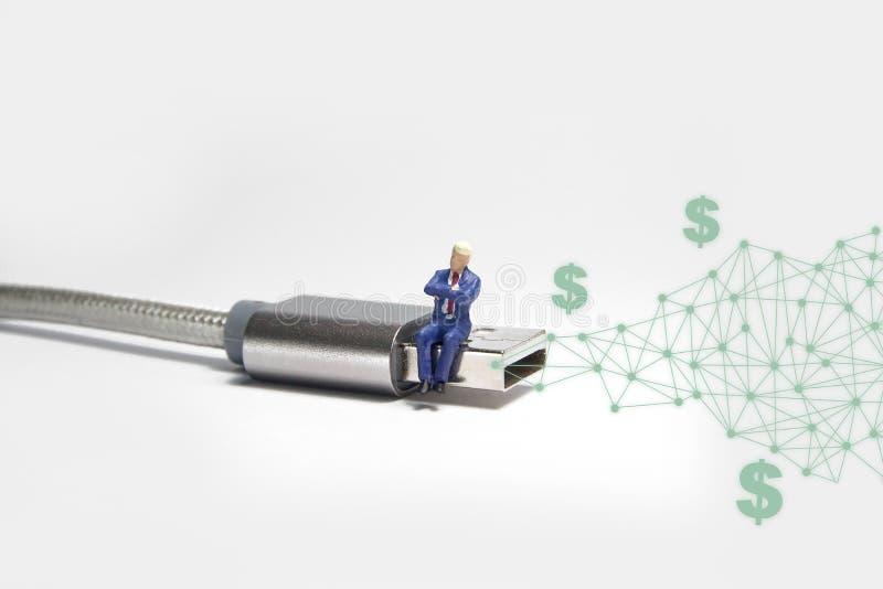 Biznesmen postaci obsiadanie na usb USB kablu E handlu pojęcie royalty ilustracja