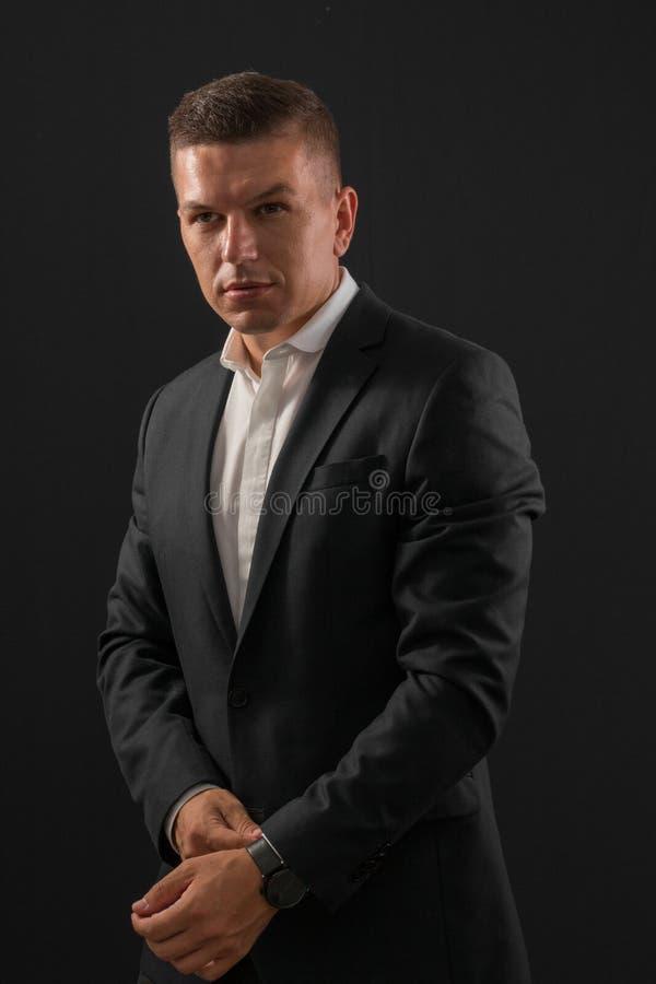 Biznesmen pozycja na ciemnym tle zdjęcia royalty free