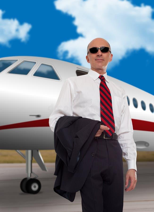 Biznesmen pozycja przed intymnym samolotem fotografia royalty free