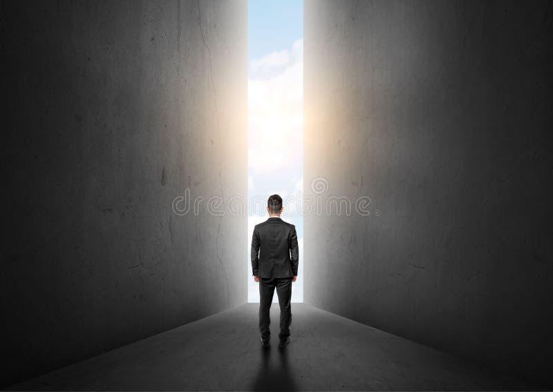 Biznesmen pozycja przed jaskrawym dużym olśniewającym drzwi obrazy royalty free